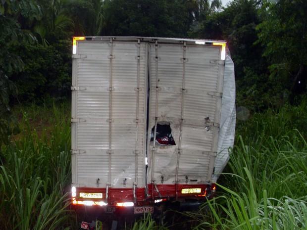 Caminhão que fazia mudança do interior de SP para Altamira (PA) foi lançado para fora da pista (Foto: Divulgação/PRF-TO)