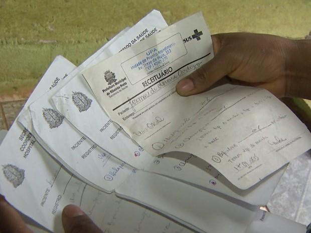 Irmã mostra receitas dos medicamentos que suspeito utilizava (Foto: Ronaldo Oliveira/EPTV)