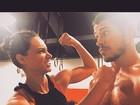 Sem camisa, José Loreto se exercita com Débora Nascimento