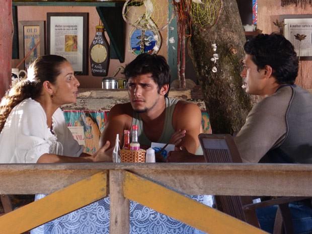 Helio garante a Bibiana que vai conseguir um bom advogado para Donato (Foto: Flor do Caribe / TV Globo)