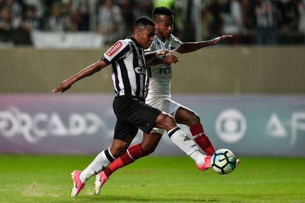 Elias (Atlético-MG) disputa bola com Orejuela (Fluminense) durante partida do Campeonato Brasileiro 2017 (Foto: Pedro Vilela/Getty Images)