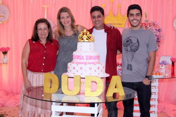 A partir da esquerda: Rosa, madrinha de casamento, Debby Lagranha, Leandro Franco e Felipe, padrinho de casamento (Foto: Alex Palarea/AgNews)