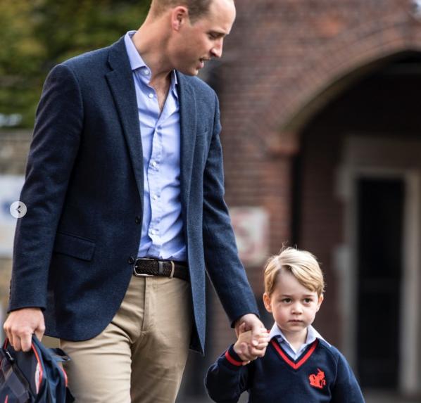 Príncipe George e príncipe William a caminho da escola (Foto: Reprodução/Instagram/@kensingtonroyal)
