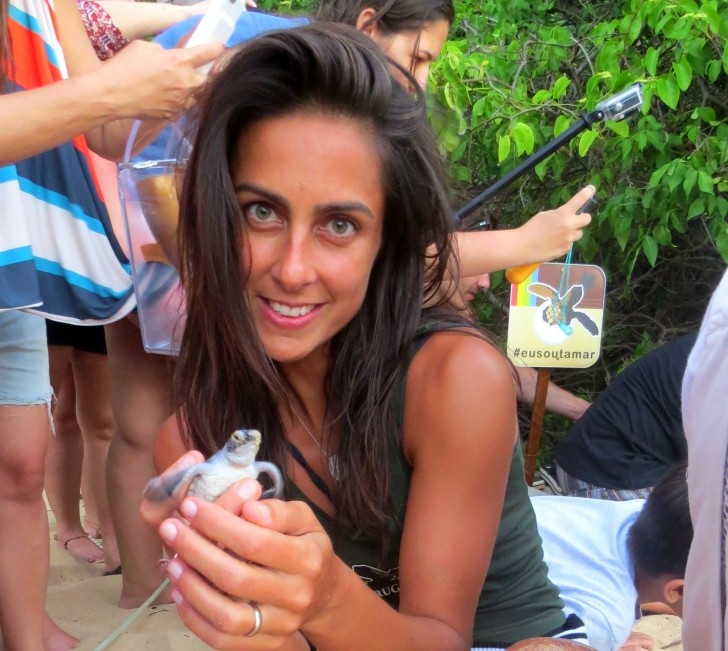 Carol Barcellos com tartaruga