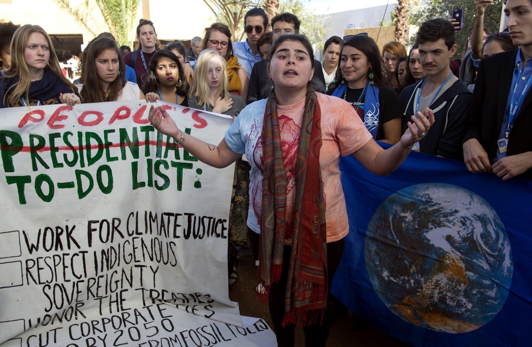 Estudantes americanos protestam do lado de fora da COP 22 em reação à eleição de Donald Trump
