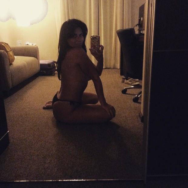 Solange Gomes faz topless em quarto de hotel em São Paulo (Foto: Instagram/ Reprodução)