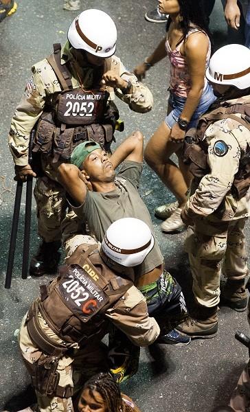 Policiais prendem folião envolvido em briga no circuito Dodô (Barra/Ondina), na madrugada deste domingo (10), em Salvador, Bahia (Foto: DORIVAN MARINHO/AGÊNCIA A TARDE/ESTADÃO CONTEÚDO)