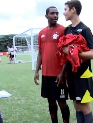 Renato treinando com os meninos da base (Foto: Reproduçao YouTube)