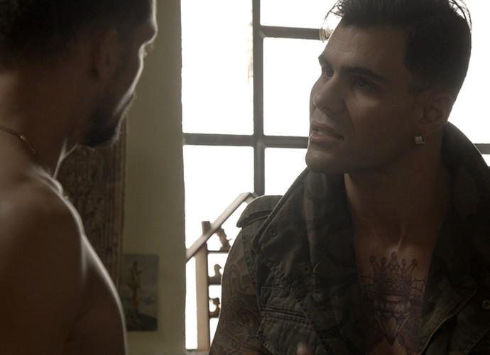 Merlô interrompe o papo do casal (Foto: TV Globo)