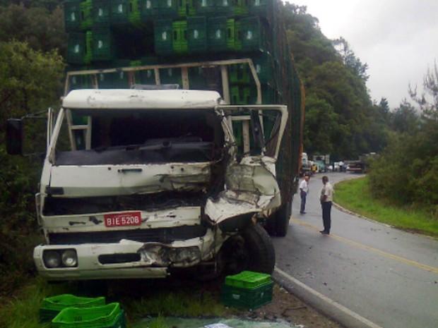 Motorista de uma das carretas foi levado para o hospital em Itajubá (Foto: Tainá Figueroa)