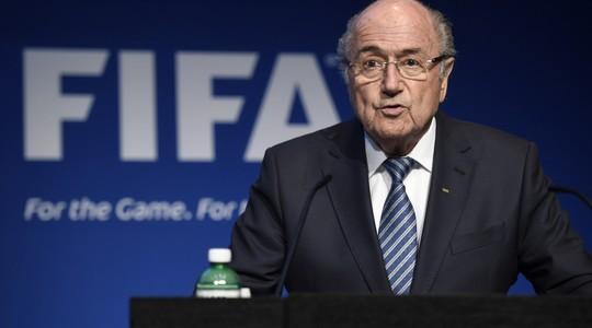 O presidente da Fifa, Joseph Blatter, diz que renuncia ao cargo em coletiva de imprensa em Zurique, Suíça (Foto: Keystone via AP)
