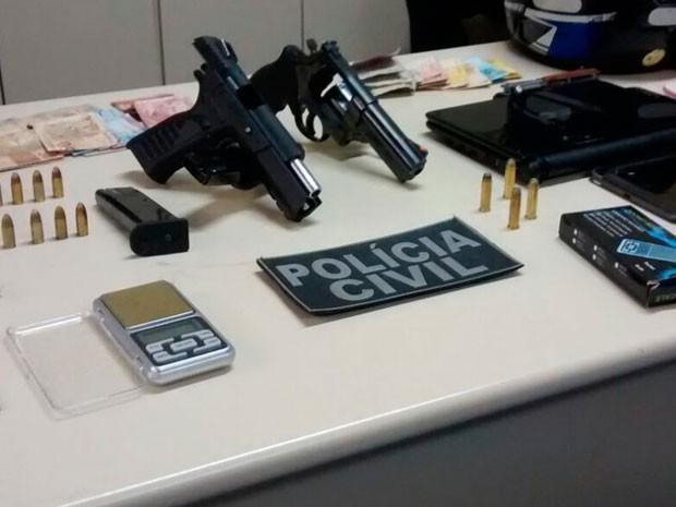 Armas e drogas foram apreendidas em operação em Guanambi, sudoeste da Bahia (Foto: Divulgação/PC)
