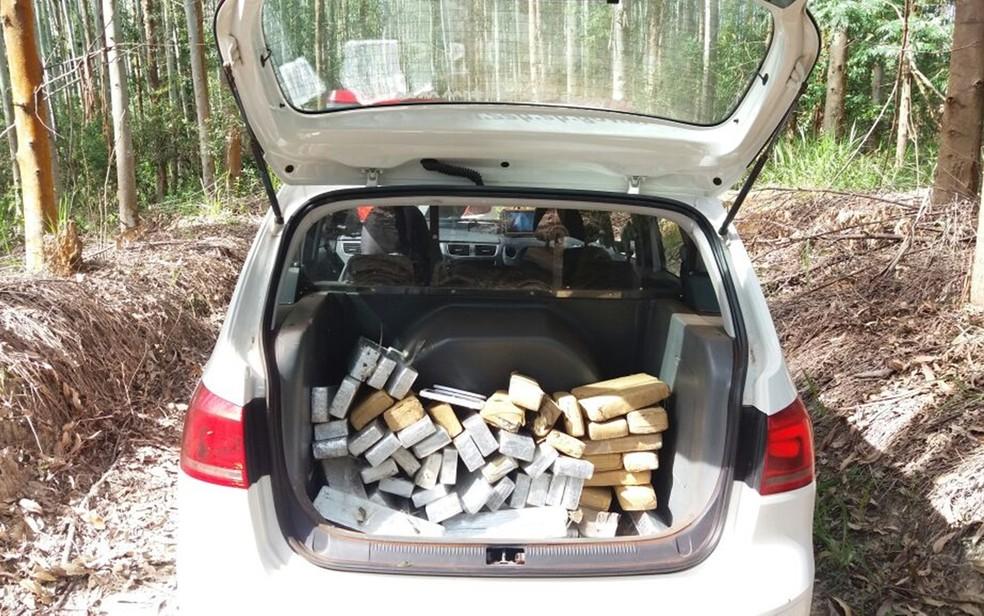 Droga estava escondida em área no Bairro de Santa Bárbara em Itararé (Foto: Divulgação/ PM Itararé)