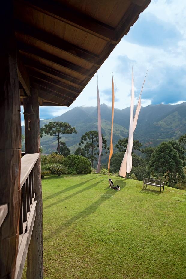 Paisagem | Do alto da varanda, com estrutura de troncos de aroeira ou do banco no platô gramado, pode-se admirar o pôr-do-sol e as araucárias nos vales (Foto: Marco Antonio/Editora Globo)