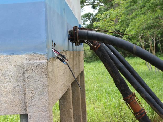 Criminosos furtaram aproximadamente 800 metros de fios de duas bombas (Foto: Júnior Freitas/G1)