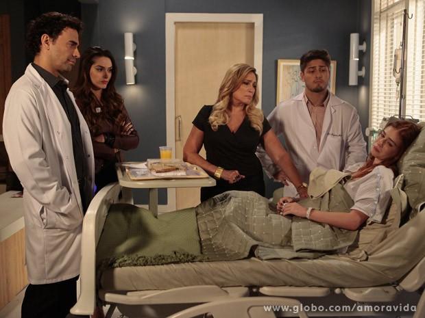 Nicole descobre piora da doença e decide raspar os cabelos (Foto: Amor à Vida / TV Globo)
