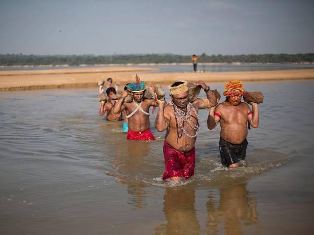 índios Munduruku usam pedras para formar a frase Tapajós Livre nas areias de uma praia às margens do rio de mesmo nome (Foto: Marizilda Cruppe/Greenpeace)