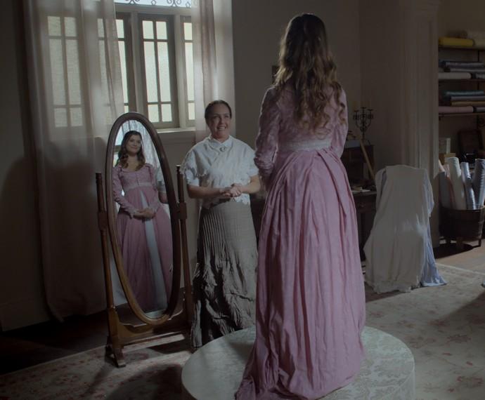 Lívia experimente um lindo vestido  (Foto: TV Globo)