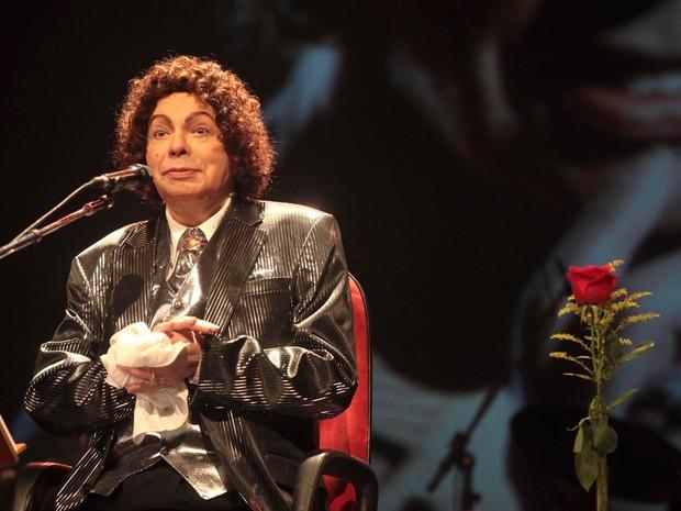 Cauby Peixoto se apresenta ao lado de uma rosa colocada no palco do SESC Vila Mariana, na Zona Sul de São Paulo, em dezembro de 2009 (Foto: Leonardo Soares/Estadão Conteúdo/Arquivo)