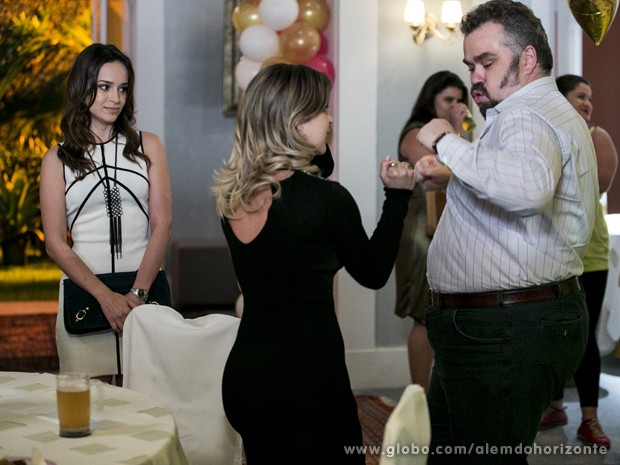 Julia fica sem graça durante festa de reencontro do colégio (Foto: Felipe Monteiro/TV Globo)