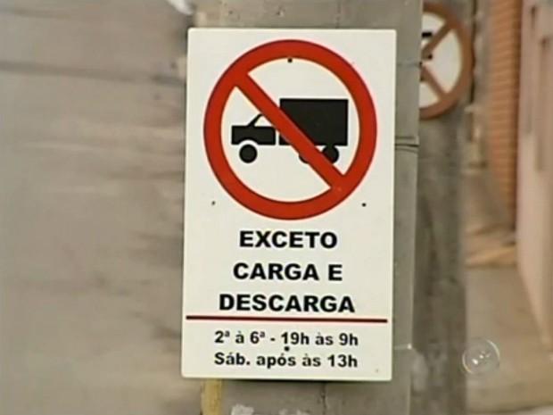 Sinalização é desrespeitada por motoristas de caminhões (Foto: Reprodução / TV TEM)