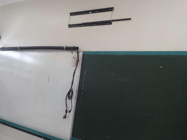 Suporte na parede onde televisão era fixada em sala de aula de escola assaltada em São Sebastião (Foto: Arquivo Pessoal)