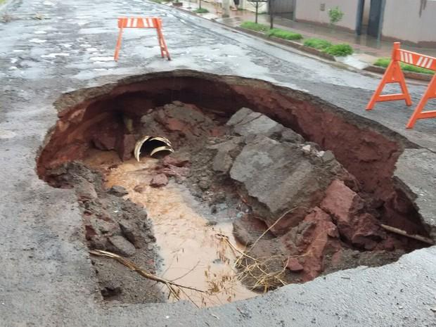 Cratera aberta em rua do bairro Nova Lima, em Campo Grande (Foto: Ariovaldo Dantas/TV Morena)