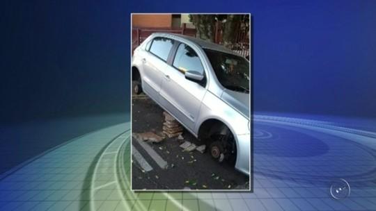 Carro tem as quatro rodas furtadas no centro de Araçatuba