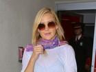 Kate Hudson viaja de shortinho jeans e blusa transparente