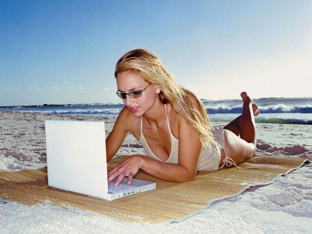 Maioria dos viajantes não se desconecta nem nas férias (Foto: Henry Arden/ Image Source/AFP)