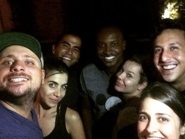 Thiaguinho e Fernanda Souza com o produtor Leo Fuchs e amigos no Rio (Foto: Instagram/ Reprodução)