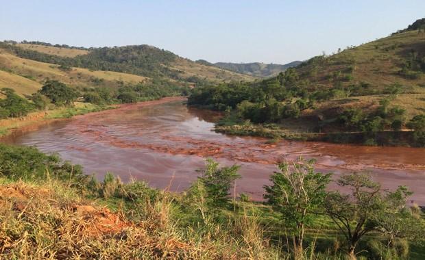 Lama e rejeitos do rompimento das barragens foram para no rio Doce (Foto: Silvério Joaquim da Luz/Divulgação)