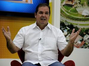 Em entrevista à TV Acre, Tião Viana comemora a vitória nas urnas neste domingo (26) (Foto: João Paulo Maia / G1 )