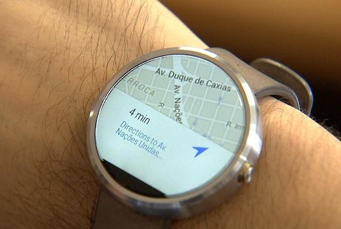Relógio realiza funções que um aparelho celular também faz (Foto: Reprodução / TV TEM)