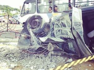 Carro derrubou o poste e capotou em seguida (Foto: Antônio Netto/G1)