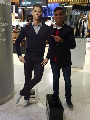 Wendell Lira posa com Cristiano Ronaldo de mentira (Foto: Ivan Raupp)