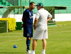 Vadão conversa com Wellington Monteiro, durante treino do Guarani (Foto: Rodrigo Gianesi/Globoesporte.com)