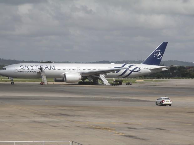 Boeing 777 da Air France parado no aeroporto de Mombasa, no Quênia. Suposta bomba estaria no banheiro da aeronave (Foto: Edwin Kana/AP Photo)