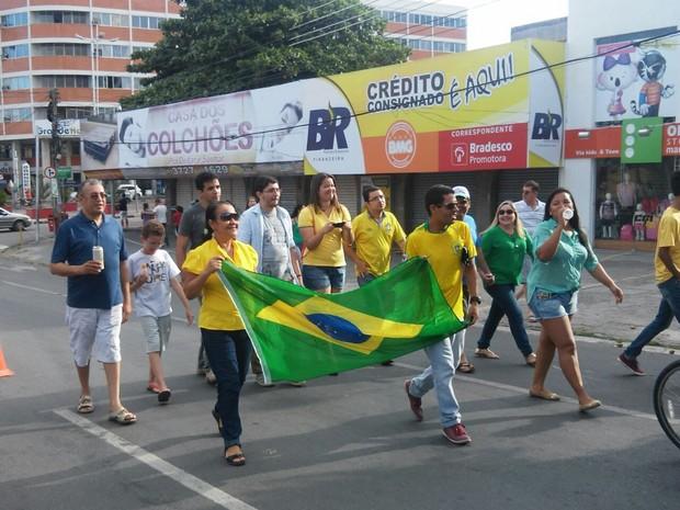 Cerca de 30 pessoas participaram de protesto em Caruaru (PE) (Foto: André Hilton/TV Asa Branca)