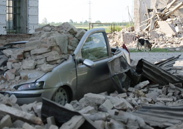 Carro atingido por escombros em Cavezzo nesta terça-feira (29) (Foto: AP)