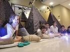 Xande Valois faz festa do pijama em hotel para comemorar seus 12 anos