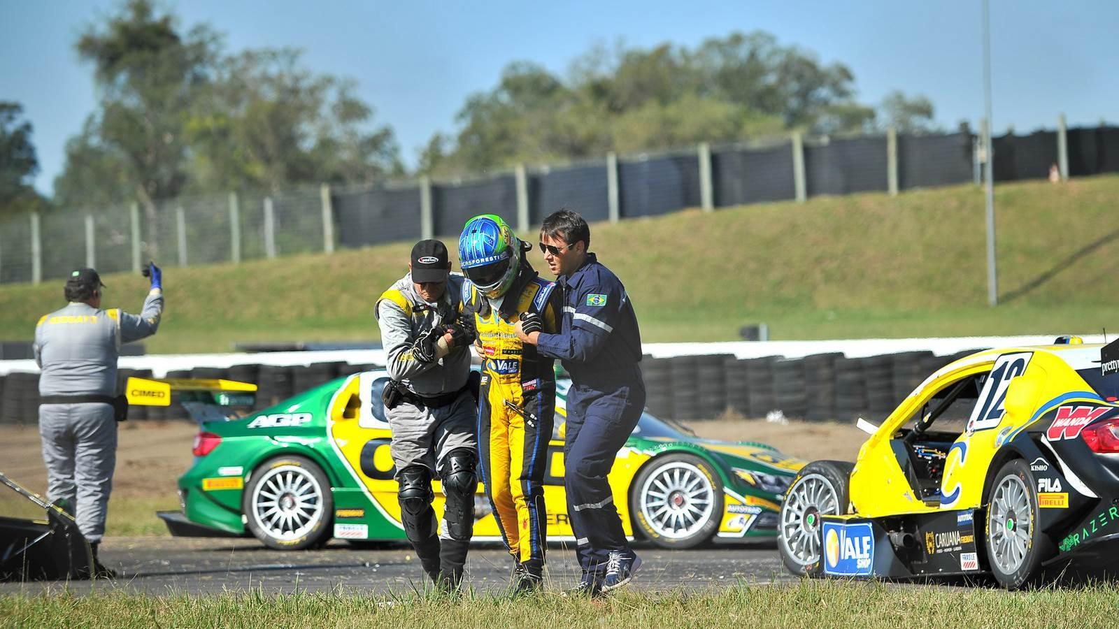 Acidente envolvendo os carros de Antonio Pizzonia e Lucas Foresti (Foto: Divulgação/Vicar)