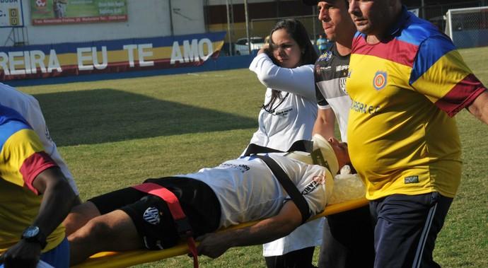 lesão de marcelinho, do tupi (Foto: Sidnei Parraro)