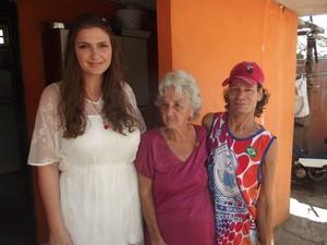 Fabiana (esquerda) viajou 580 quilômetros para conhecer Dona Neide e Marinô (Foto: Tomás Baggio/G1)