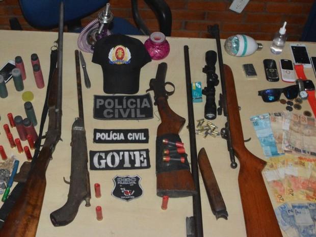 Polícia apreendeu armas de fogo, drogas e até galos usados em rinhas (Foto: SSP/ Divulgação)