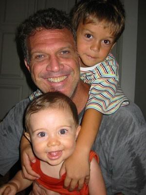 O jornalista com os ainda pequenos José (no colo) e Theo (Foto: Arquivo Pessoal)
