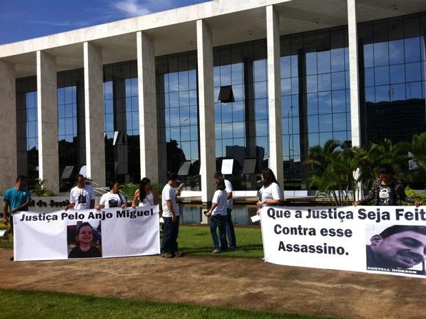 Familiares mostram faixas nas quais pedem Justiça após a morte de um bebê de 1 ano e 11 meses no DF (Foto: Isabella Formiga/G1)