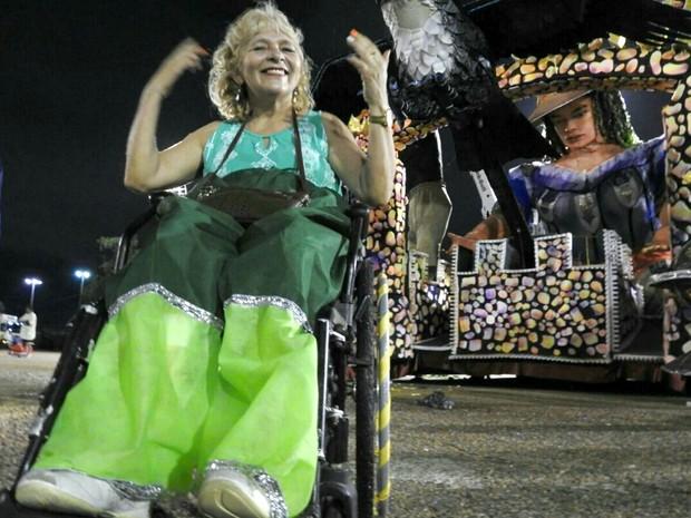 Aposentada desfilou na avenida do Sambódromo de Manaus em cadeira de rodas (Foto: Adneison Severiano/G1 AM)