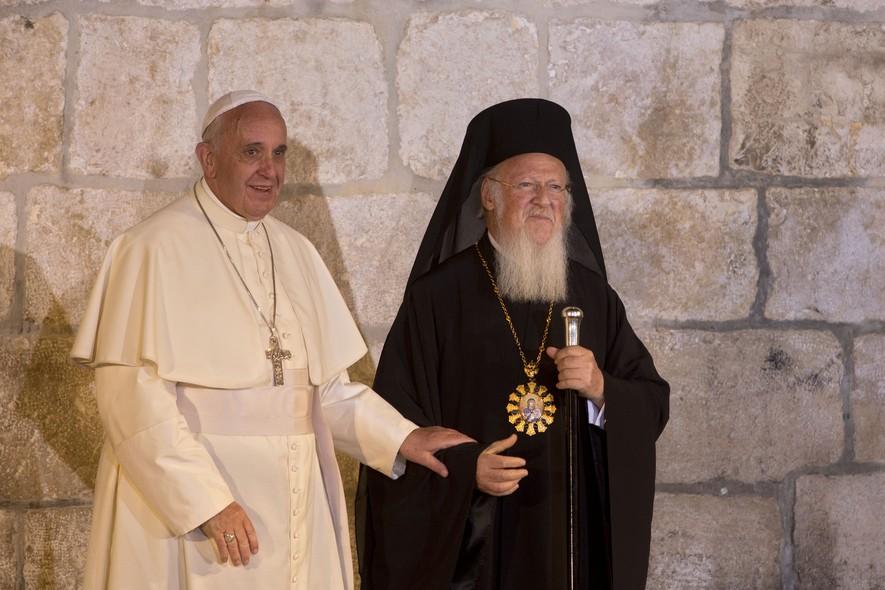 Francisco e o patriarca ortodoxo de Constantinopla, Bartolomeu, assinaram um acordo pedindo progresso na aproximação entre suas igrejas, a Católica e a Ortodoxa, respectivamente