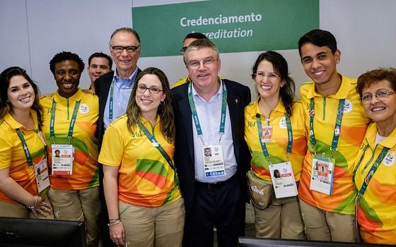 Voluntários da Rio 2016 tiram foto com o presidente do COI, Thomas Bach (Foto:  Yasuyoshi Chiba- Pool/Getty Images)